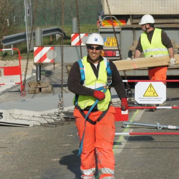 Collaborateurs GTM TS sur un chantier de changement de dalles de trottoir