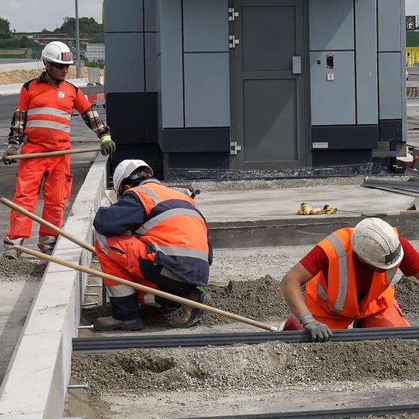 collaborateurs travaillant sur une dalle de péage