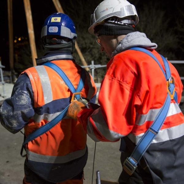 Collaboreteur GTM TS attachant le harnais de sécurité dun collègue
