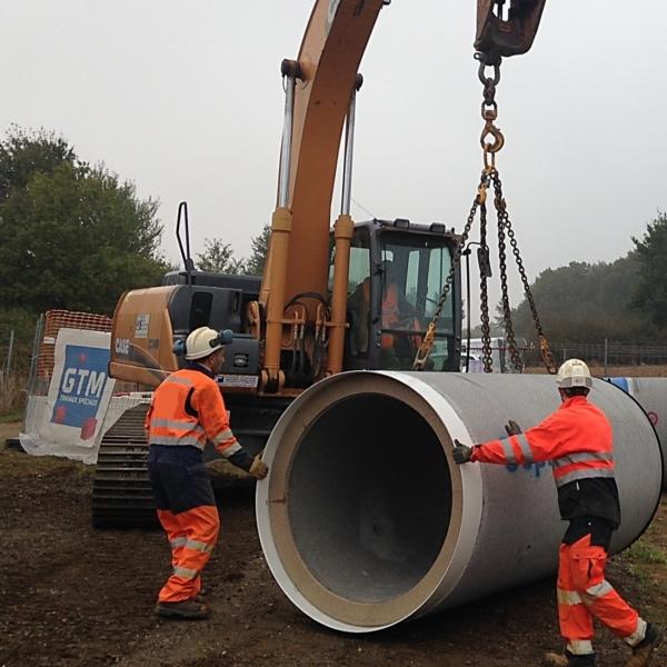 Collaborateurs amenant un tuyau pour fonçage à Pirmil